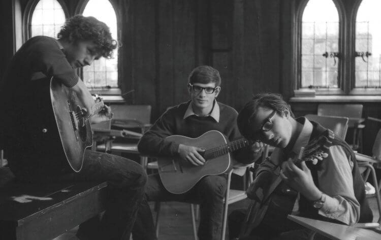 3 Jugendliche spielen Gitarre